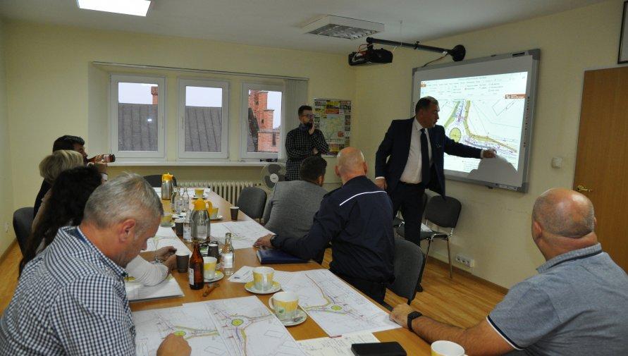 starosta kołobrzeski omawia koncepcję ronda
